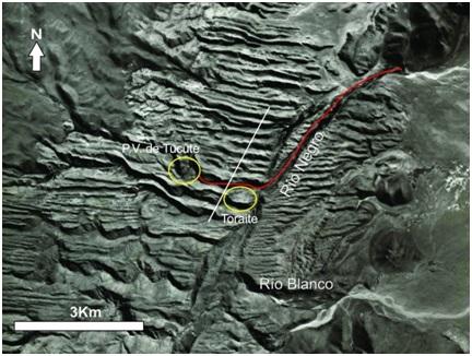 Imagen de Google Earth. Se     aprecia el emplazamiento de Toraite en relación a Pueblo Viejo de Tucute y     se señala el escalón topográfico