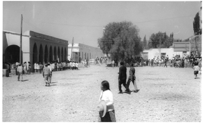 Frente de la antigua casa de la Flia. Cardoso y la     plaza seca, Semana Santa en Cachi, abril 1969.